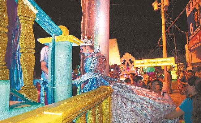 """María Daniela I"", reina infantil, fue auxiliada por su staff para subir a su carro alegórico"