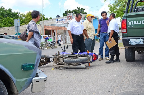 Distraído conductor arrolla a motociclista