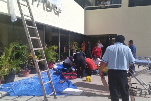 Caen pintores de andamio hac an su trabajo en segey for Trabajo para pintores