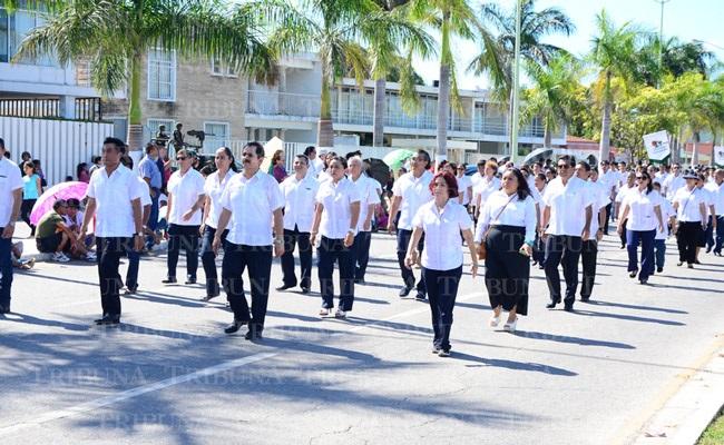 Animado y vistoso desfile for Alberca 20 de noviembre campeche