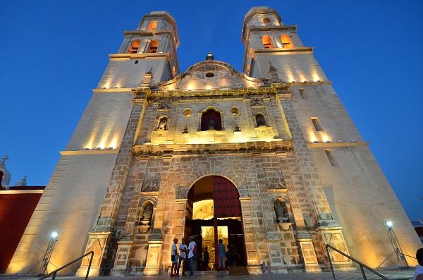 Personas saliendo de la Catedral de Campeche