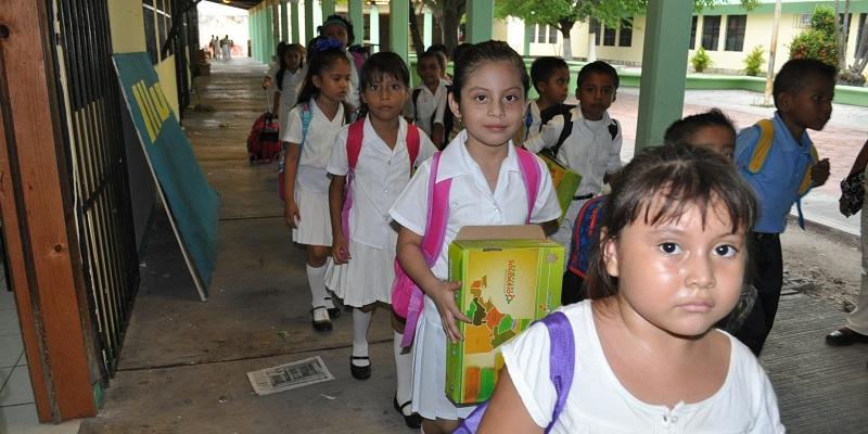 FOTO 1-A-2- Alegría en el primer día de clases, niños llegaron entusiasmadosEDITADA
