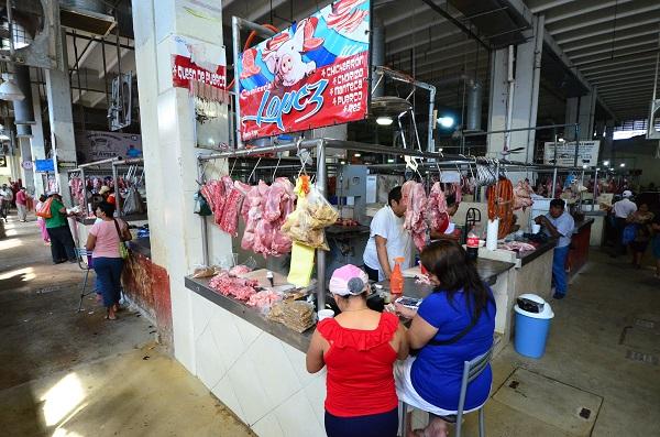 Personas comprando productos en el Mercado Pedro Saínz de Baranda
