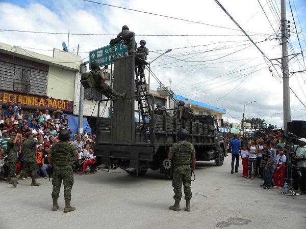 Vistoso desfile en esc rcega for Alberca 20 de noviembre campeche