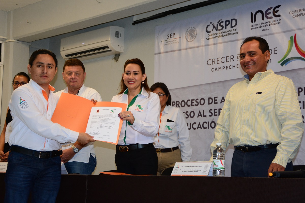 Entrega cecytec 25 plazas a docentes tribuna campeche for Plazas docentes 2016