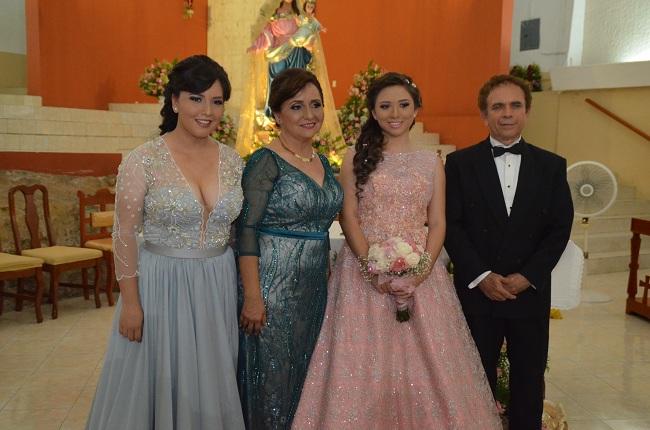 Con su hermana Magaly Lladó Medina y sus padres Magaly Medina Farfán y José Lladó Zetina.