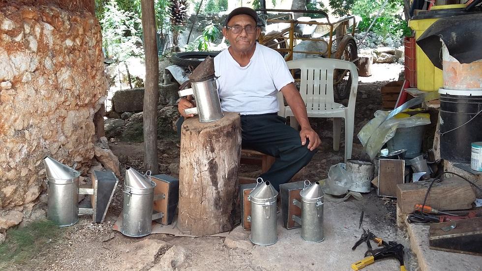 En un espacio del patio de su casa, Manuel Jesús Barrera Villamonte acondicionó hace 10 años lo que hoy tiene como taller. Su mesa es un tronco de madera y las herramientas rústicas él mismo las construyó.