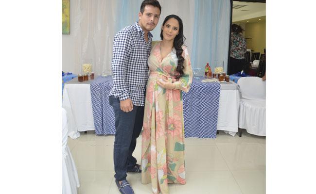 Jhoana Itzel acompañada de su esposo Perseo Criollo Soto.