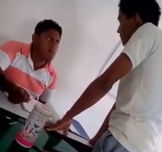 estudiante golpeando