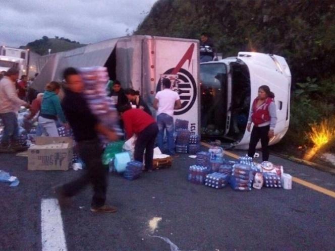 Saquean tráiler volcado en la Puebla-Orizaba con víveres para damnificados