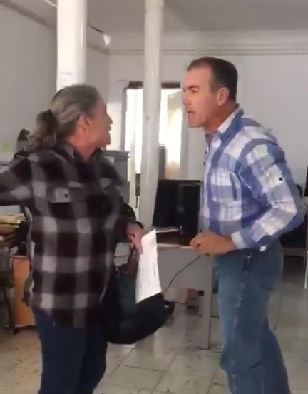 Juez de Chihuahua golpea brutalmente a su hermana